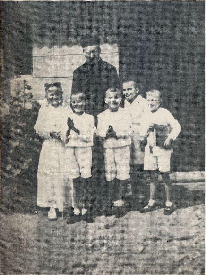 2. Wśród dzieci w dniu ich I Komunii Św.