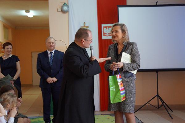 Ks. proboszcz Szczepan Dobecki pfiarowuje wydawnictwa o kościele w Piątnicy