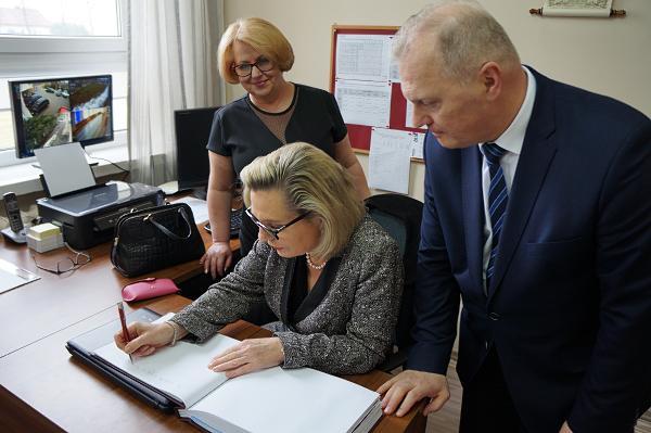 Pani minister Anna Maria Anders dokonuje pamiątkowego wpisu do kroniki szkoły
