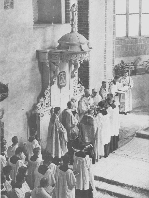 Na tronie biskupim( dziś już nie istniejącym) celebruje Msze św. z asystą.