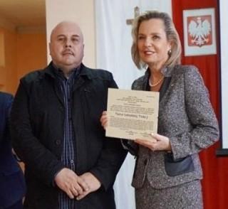 Pani Minister Anna Maria Anders z dyplomem Piastuna Łomżyńskiej Tradycji i Wojciech Winko - sekretarz Łomżyńskiego Bractwa Historycznego
