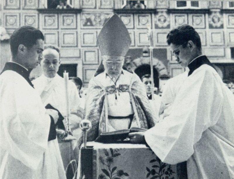Przewodniczy ceremoniom wielkosobotnim przed katedrą św. Jana.