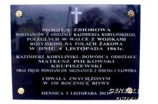 Tablica upamiętniajaca poległych powstańców w kosciele w Siennicy