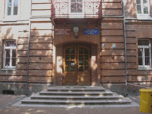 Wejście główne do budynku Szkoły Muzycznej.( w miejscu bramy wjazdowej) - rok 2009