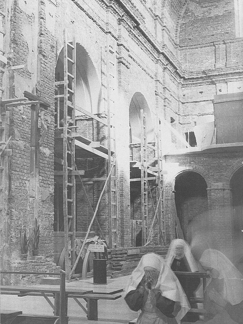 Zniszczone wnętrze kościoła św.Marcina (przy ul. Piwnej w Warszawie) przy klasztorze sióstr Franciszkanek Służebnic Krzyża