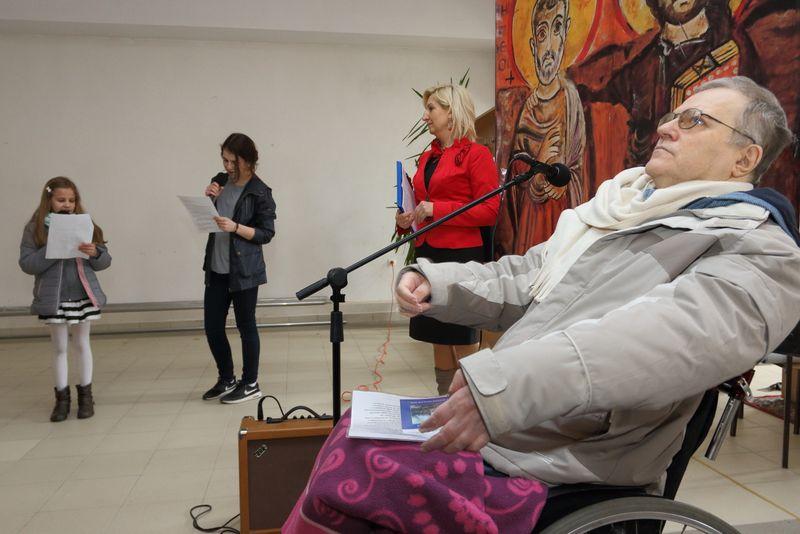 Klara Bałdyga z lewej i Julia Narewska recytują wiersz