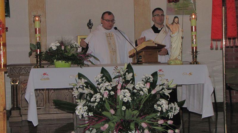 Ks. Wikary Kamil Paź odprawi mszę świętą. Obok diakon Mateusz