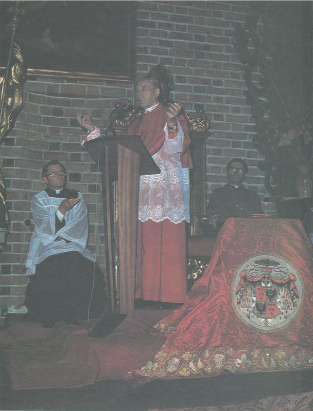 Ksiądz Prymas w katedrze wrocławsiej błogosławi wiernych.