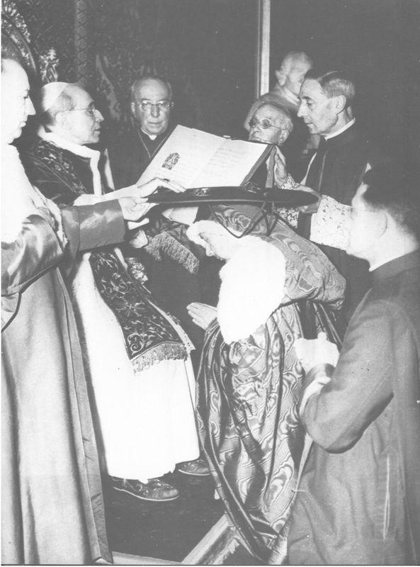 Odbiera kapelusz kardynalski z rąk Piusa XII - 18 maja 1957