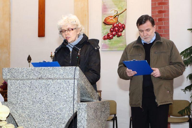 Pani Bożena Modzelewska i Jacek Radliński czytają modlitwę wiernych