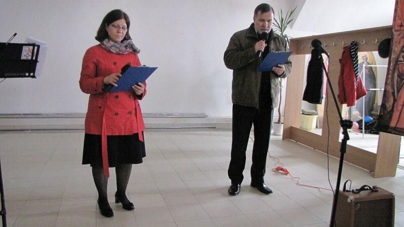 Iwona Siennika i Jacek Redliński recytują poezję.
