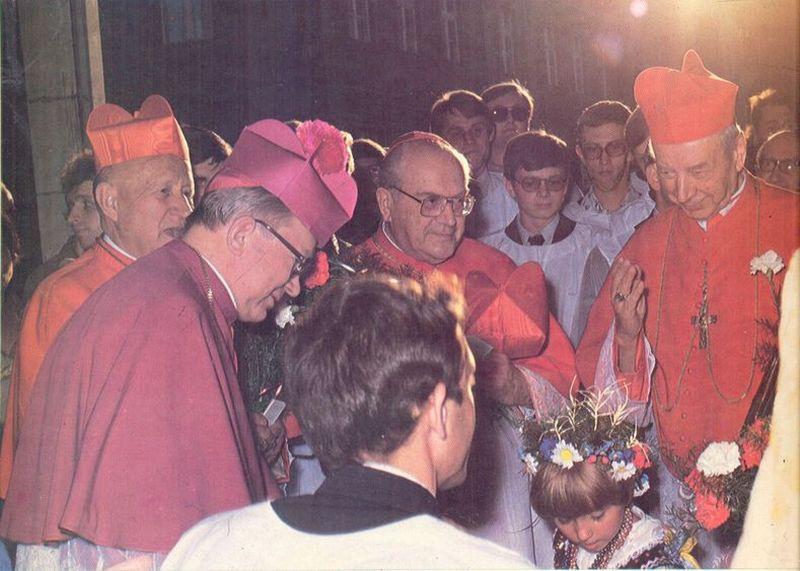 Towarzyszą mu kardynałowie S. Baggio, F. Tomaszek oraz abp H.R. Gulbinowicz.