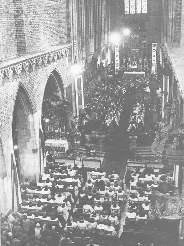 Wnętrze katedry wrocławskiej w dniu jubileuszu powrotu Ziem Zachodnich i Północnych do Macierzy.