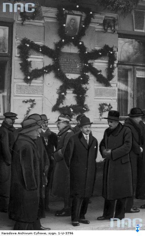 Odsłonięcie tablicy pamiątkowej na froncie kamienicy Śledziewskich przy ul. Sienkiewicza ku czci Leona Kaliwody - Łomża, 1933r