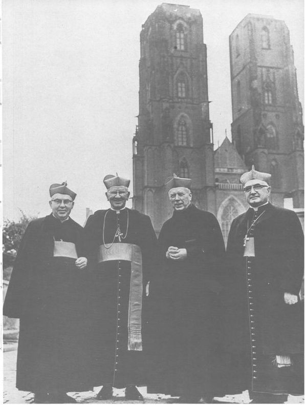 Na tle katedry wrocławskiej w towarzystwie kardynałów Jana Króla z USA i Araiza Tabery z Hiszpanii oraz abpA Bolesława Kominka