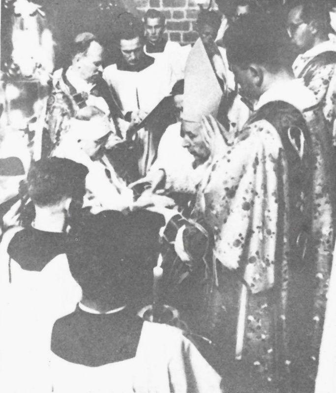 Namaszcza ręce biskupowi Wilhelmowi Plucie, ordynariuszowi gorzowskiemu