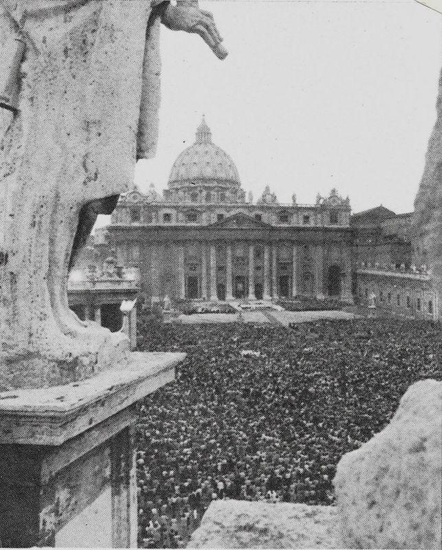 Plac św. Piotra przed bazyliką watykańską wypełniony po brzegi pielgrzymami z całego świata