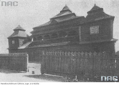 Widok ogólny żydowskiego domu modlitwy w Śniadowie. Widoczny drewniany budynek oraz drewniane ogrodzenie. Pod konstrukcją z łuków znajduje się galeria. /lata: 1910 - 1939/