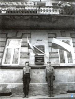 źródło: fot. prywatna ze zbiorów Adama Sobolewskiego Powtórne wmurowanie tablicy pamiątkowej przechowywanej w ukryciu od czasu II wojny światowej - Łomża, 11 listopada 1981r Warta honorowa. Od lewej Joanna Zdanowska i Małgorzata Kadłubowska