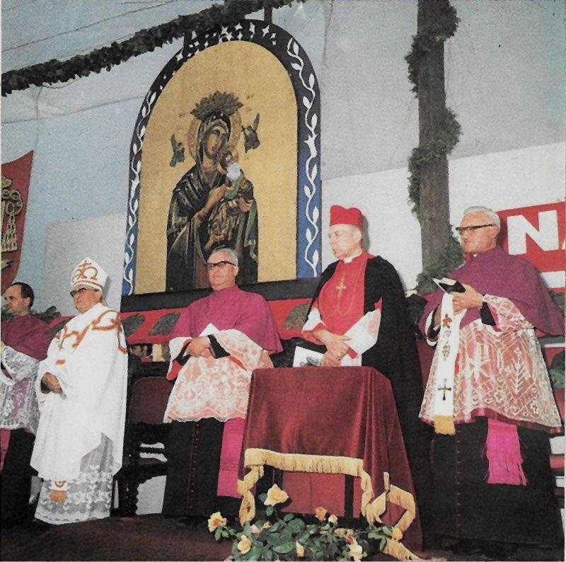 Uroczystość wmur. kamienia węg. pod kościół bł. M. M. Kolbego w Słupsku. W mitrze - bp Ignacy Jeż- ord. koszalińsko-kołobrzeski. jpg