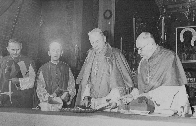 W Archikatedrze wrocławskiej. Obok Księdza Prymasa stoją arcybiskupi Antoni Baraniak i Karol Wojtyła oraz bp Bolesław Kominek.,