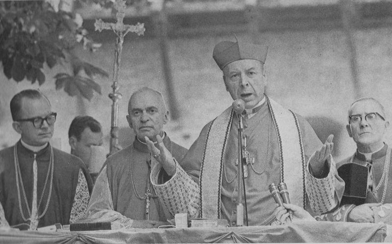 Wygłasza przemowienie na Świętej Warmii. Od lewej - ks rektor H.Gulbinowicz, obecny abp wrocławski i ks. prał. W. Padacz