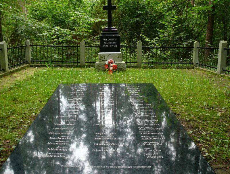 Grób więźniów politycznych z nowym, ustawionym w 2006 roku, krzyżem i tablicą wymieniającą wszystkie ofiary zgodnie z prawda historyczną (w/g wiadomości na 2006 rok)