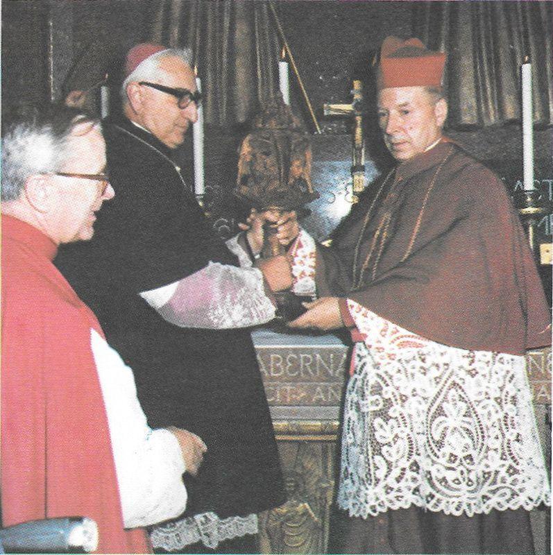 Odbiera lampkę oliwną ofiarowaną przez przeora OO Benedyktynów w klasztorze na Monte Cassino. Obok - ks. prał. F. Mączyński z Rzymu