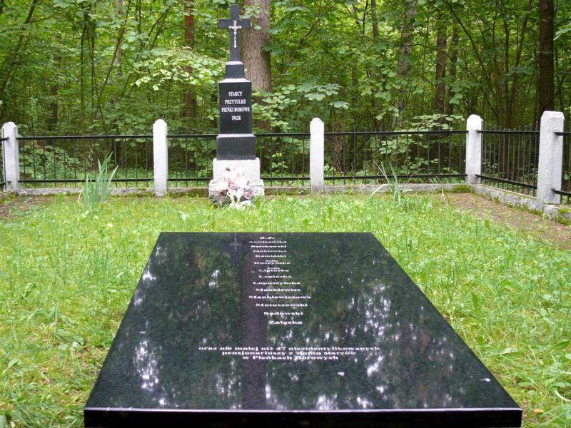 Odremontowany grób starców z Pieńk Borowych