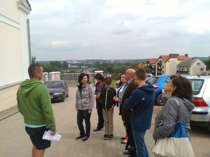 Pan Sławomir Zgrzywa ze swoją grupą przed Domkiem Pastora