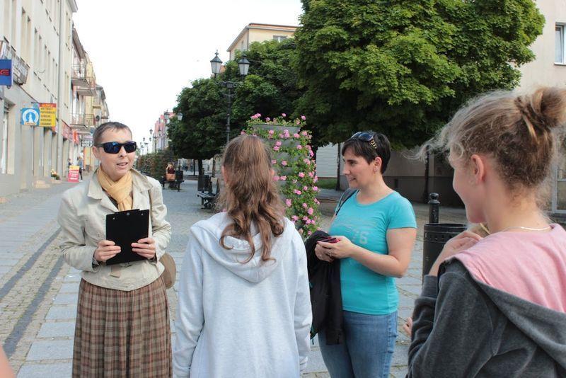 Pani Gabriela Szczęsna i jej grupa na ulicy Długiej