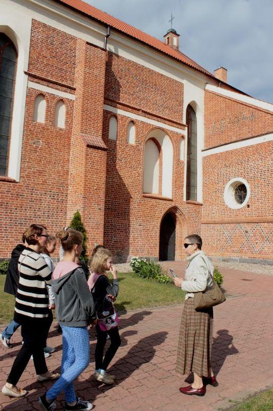 Pani Gabriela Szczęsna i jej grupa przed łomżyńską katedrą