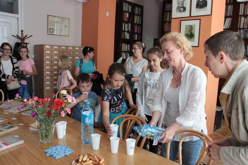 Pani Małgorzata Frąckiewicz częstuje uczestników wycieczki napojami