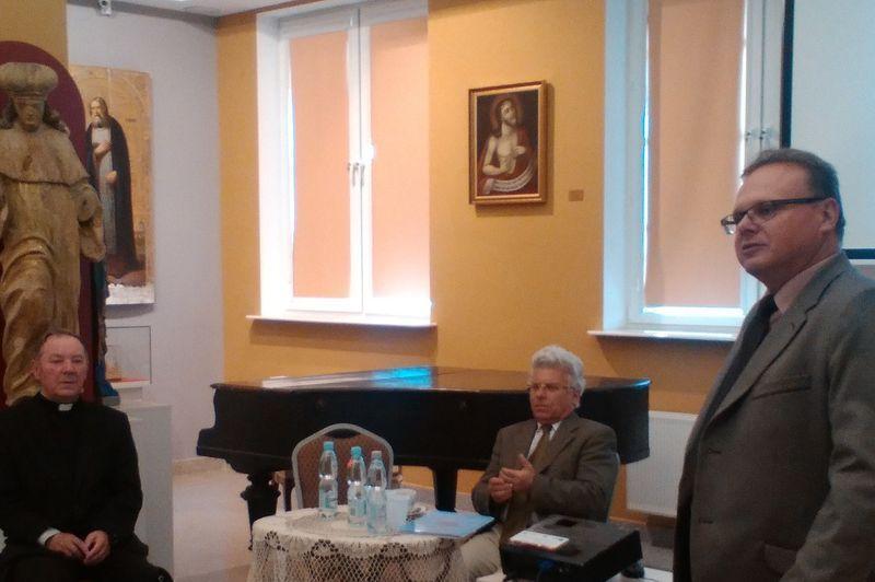 Prof. dr. hab. Wiesław Wysocki - prelegent w środku. Ks. prof. Witold Jemielity z lewej. Prof. dok. hab. Krzysztof Sychowicz z prawej