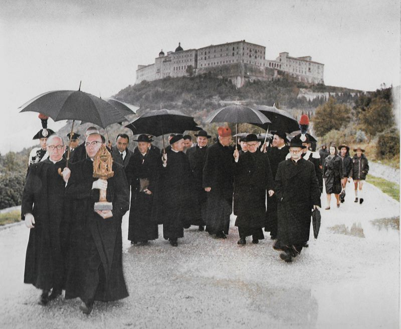 Wśród biskupów i kapłanów w drodze na cmentarz żołnierzy polskich poległych pod Monte Cassino.