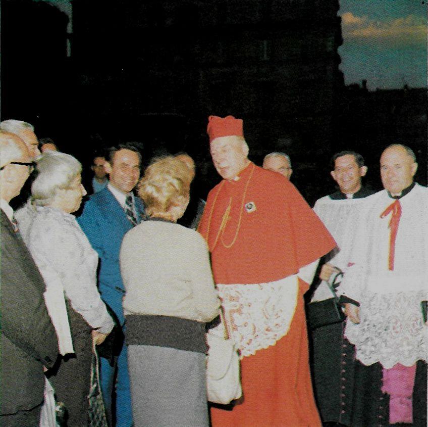 Wśród rodaków na ulicach Wiecznego Miasta w Roku Jubileuszowym 1975. Obok stoją księża prałaci J. Glemp i H. Gożdziewicz.