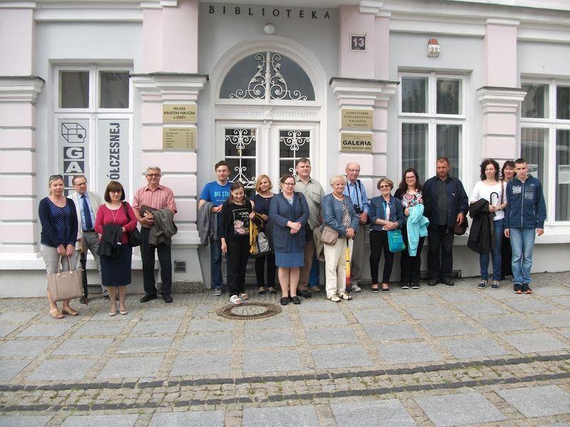 Uczestnicy spotkania przed siedzibą ŁTN