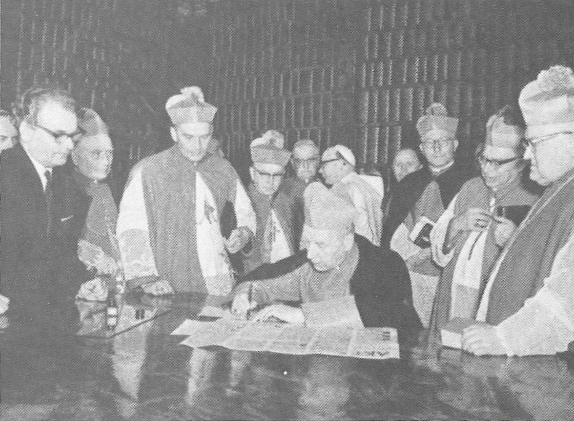 Jako piewrwszy z Episkopatu podpisuje uroczysty Akt Oddania Pani Jasnogórskiej