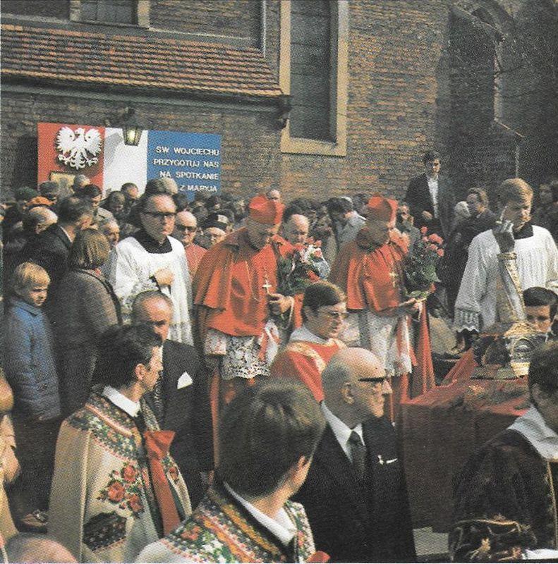 Kard. Karol Wojtyła i kard. Prymas Stefan Wyszyński przy relikwiach św. Wojciecha w Gnieźnie