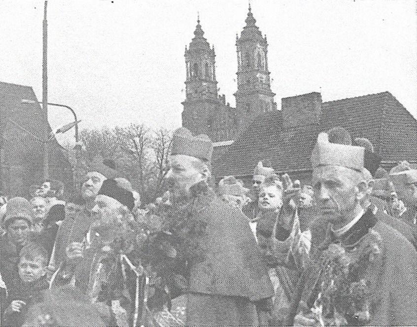 Na placu przed katedrą poznańską podczas uroczystości millenijnych. Pierwszy z prawej - arcb. Antoni Baraniak, metropolita poznański