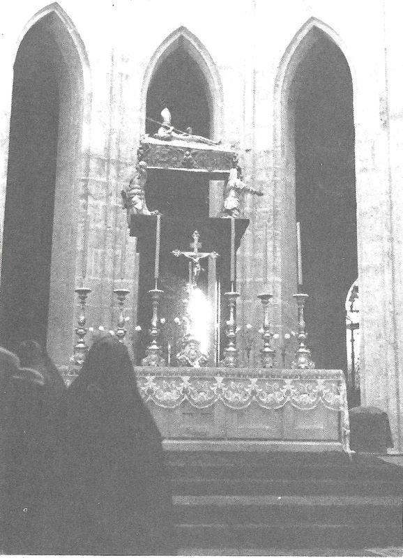 Nad ołtarzem głównym znajduje się sarkofag św. Wojciecha głównego patrona Polski