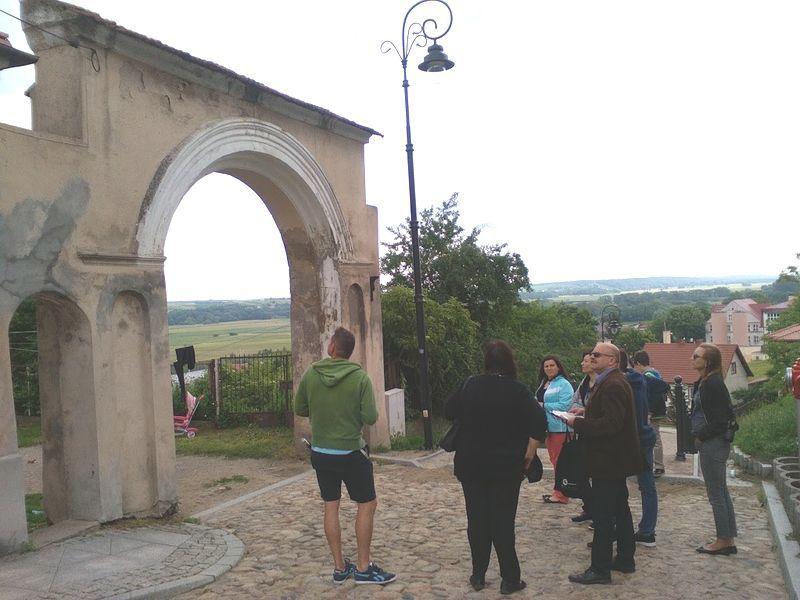 Pan Sławomir Zgrzywa ze swoją grupą przy nieoficjalnej Bramie Napoleona przy Kamiennych Schodkach