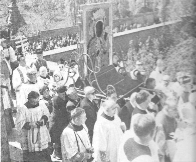 Uczestnicy uroczystości misyjnych na Wałach i placu przyklasztornym. Na prawo u góry - pomnik Ojca Kordeckiego 2