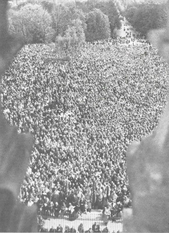 Wczasie uroczystości maryjnych zwłaszcza 3 maja oraz 15 i 26 sierpnia, ogromny plac przed klasztorem jasnogórskim wypełniony jest pielgrzymami