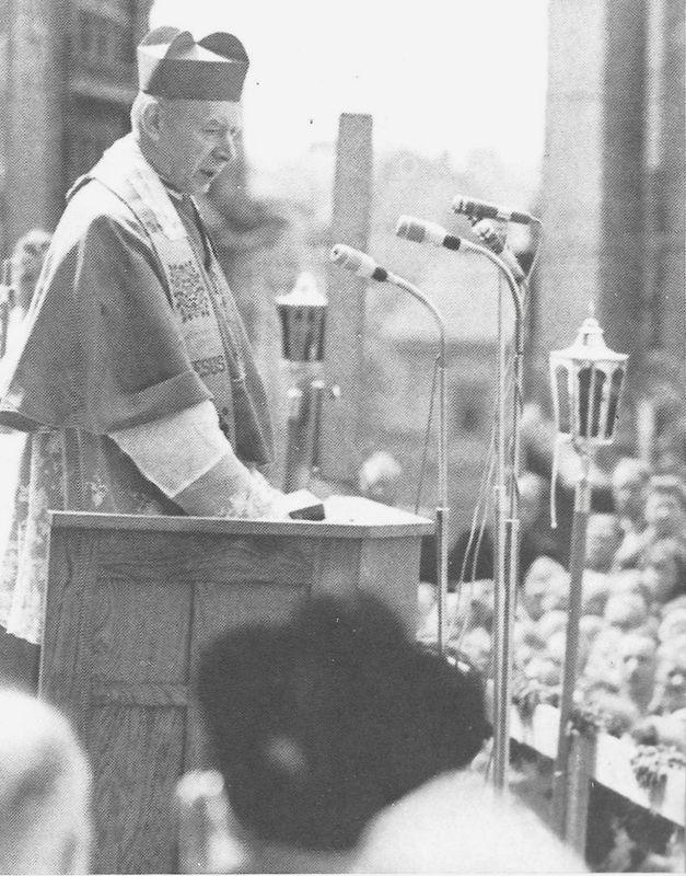 Wygłasza kazanie przed katedrą lubelską.
