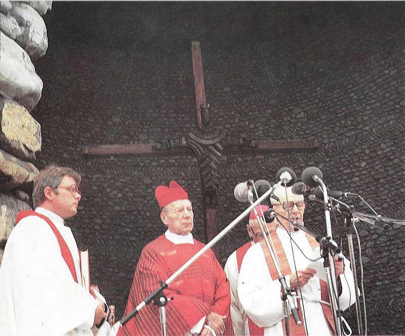 Celebruje mszę św. w kaplicy na terenie na terenie obozu koncentracyjnego w Dachau.