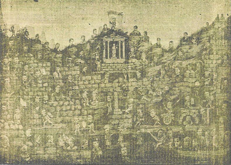 Fotografia aktorów amatorów, którz występowali na scenach w Łomży. Fotografię ułożył w 1881 LudwikTock