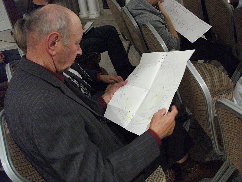 Jeden z gości zagłębiony w lekturze o genealogii
