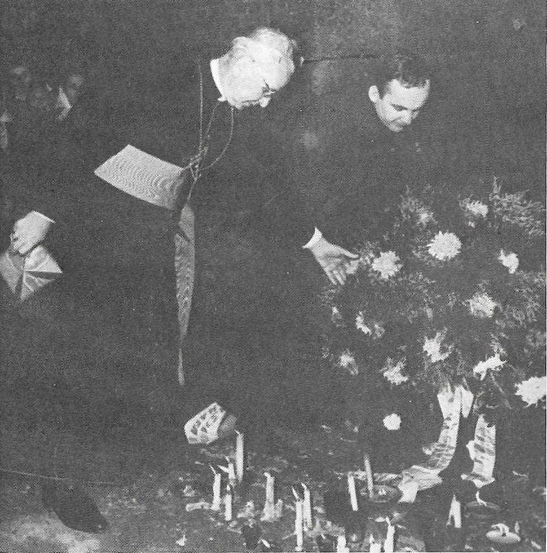 Kardynał Józef Król, arcybiskup Filadelfii, składa wieniec pod ścianą śmierci w Oświęcimiu