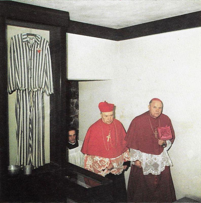 Kościół św. Józefa w Kaliszu. Ksiądz Prymas w towarzystwie bpa Jana Zaręby, w kaplicy poświęconej pamięci kapłanów pomordowanych w obozach koncentracyjnych